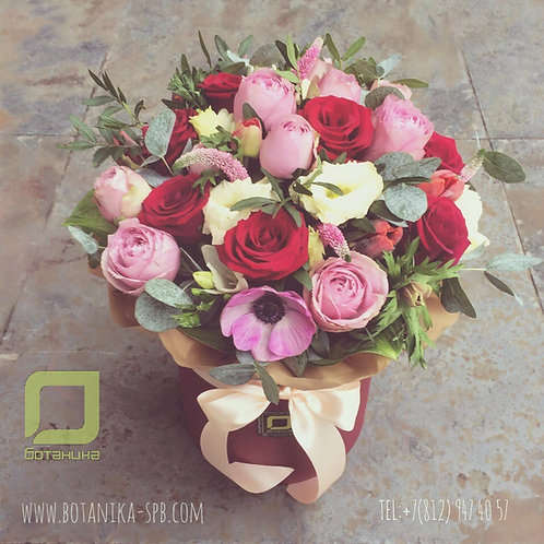 Розово-красный букет в шляпной коробке. 020