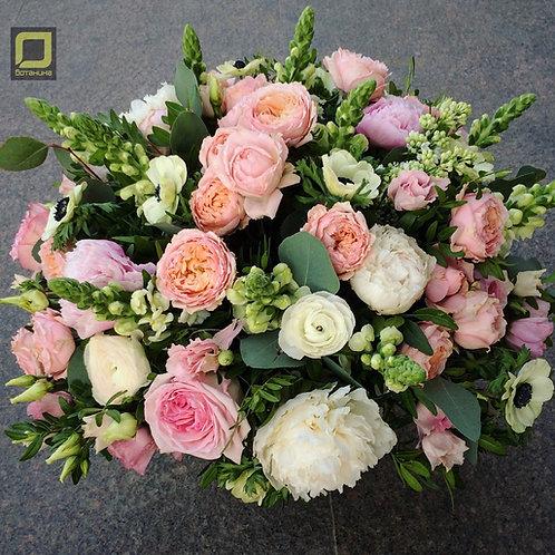 Нежный букет с пионами и пионовидными розами. 120.