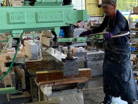国産墓石の磨き・彫刻【石のしんせき】 本社石工場