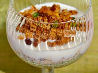 Coupe de céréales au yaourt et aux fruits de saison