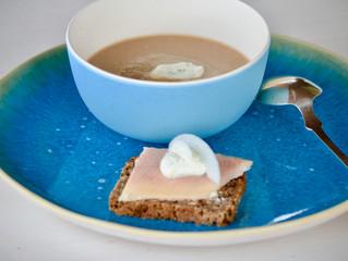 Soupe aux marrons et canapés de truite fumée à la crème aigre-forte