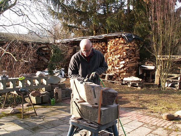 Steinbildhauer Marcus Centmayer in seiem Atelier in Worms-Heppenheim bei der Bearbeitung einer Skulptur