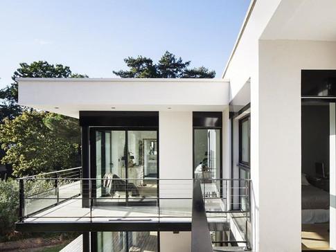 Détail sur jardin - rénovation et extension d'une villa construite par Jean Ginsberg