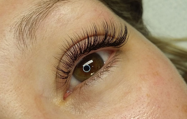 Classic and russian volume hybrid eyelash extensions