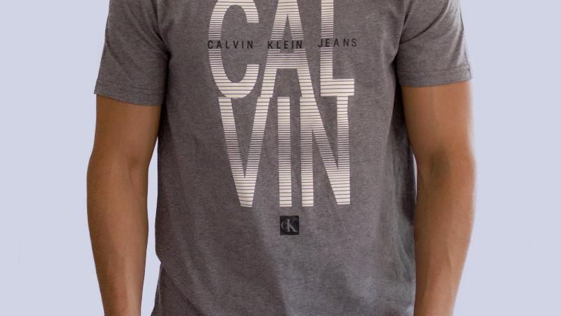 Calvin Klein Men. Playera gris de manga corta con logo metaliz