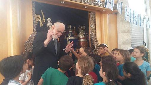 עם ילדים בבית הכנסת.jpg