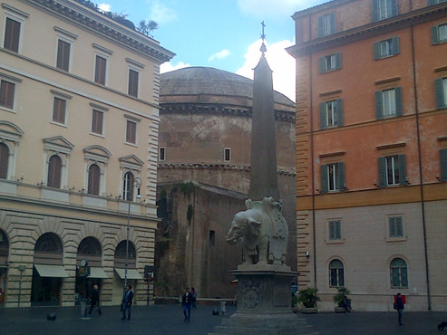 Bernini's elephant & the Pantheon, from behind