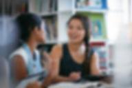 Ses camarades de classe dans la biblioth