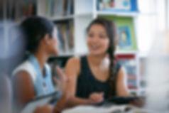 Klassekamerater i biblioteket