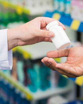 manos de los farmacéuticos