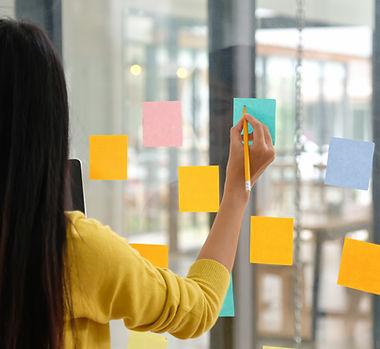 female-staff-use-a-pen-to-write-a-papernote-on-the-RCKU4B6.jpg
