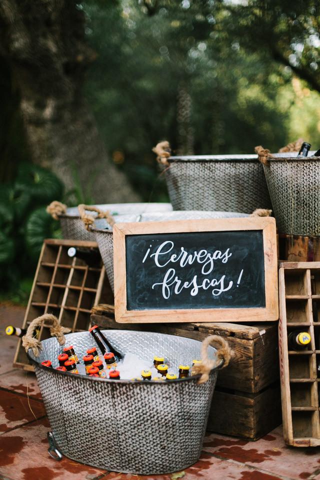 97_detallerie_wedding-planners_outdoor-colorful-wedding_ceremony_beer