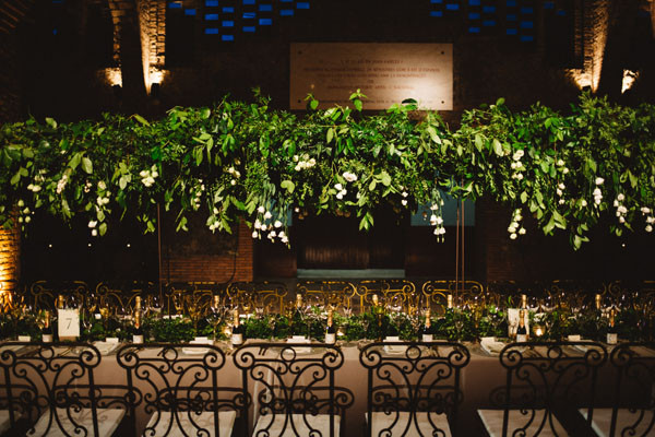 147_detallerie_wedding-planner_destination-wedding_barcelona_boda-en-las-cavastable-setting_long-table_hanging-greenery_gold-tableware
