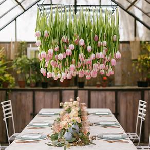 Un techo de tulipanes en el invernadero