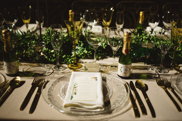 144_detallerie_wedding-planner_destination-wedding_barcelona_boda-en-las-cavastable-setting_long-table_hanging-greenery_gold-tableware