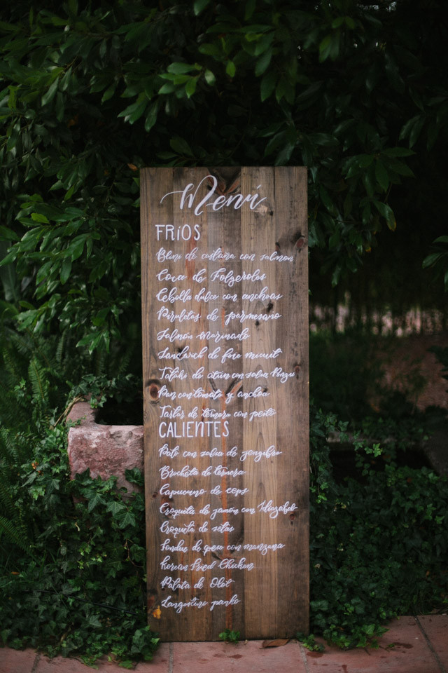 128_detallerie_wedding-planners_outdoor-colorful-wedding_ceremony_flowers_reception_sign_food-station