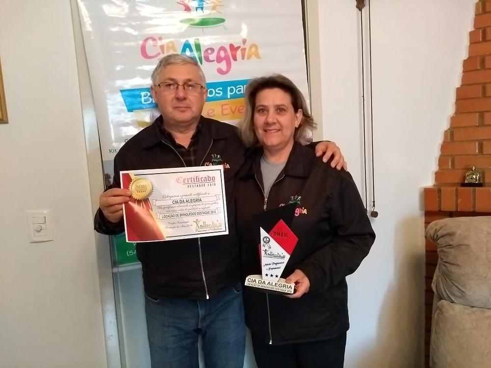 Moacir e Alice recebendo o prêmio