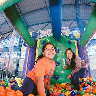 Meninas brincando na piscina de bolinhas da Cia da Alegria. Foto Luís Henrique Bisol Ramon