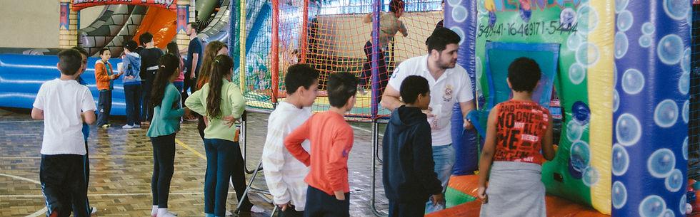 Crianças aguardand na fila para brincrem nos brinquedos a Cia da Alegria. Foto: Luís Henrique Bisol Ramon