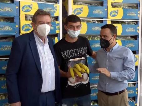 Pedri se integró como voluntario para la entrega de plátanos de Canarias a los Bancos de Alimentos
