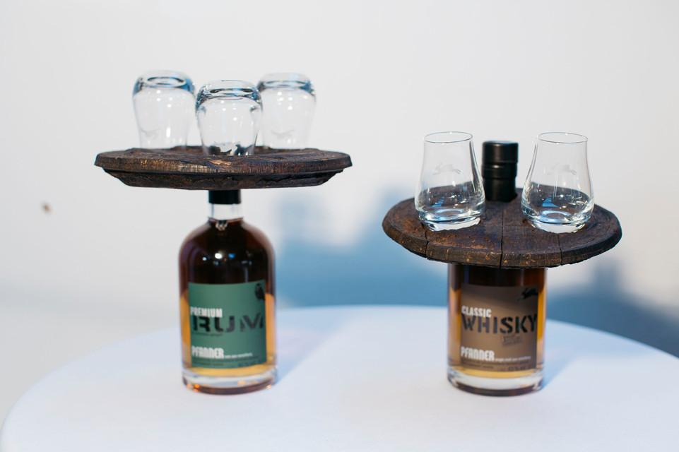 Whisky oder Rum Halter auf Flasche