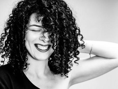 Как уложить кудрявые волосы: пошаговая инструкция