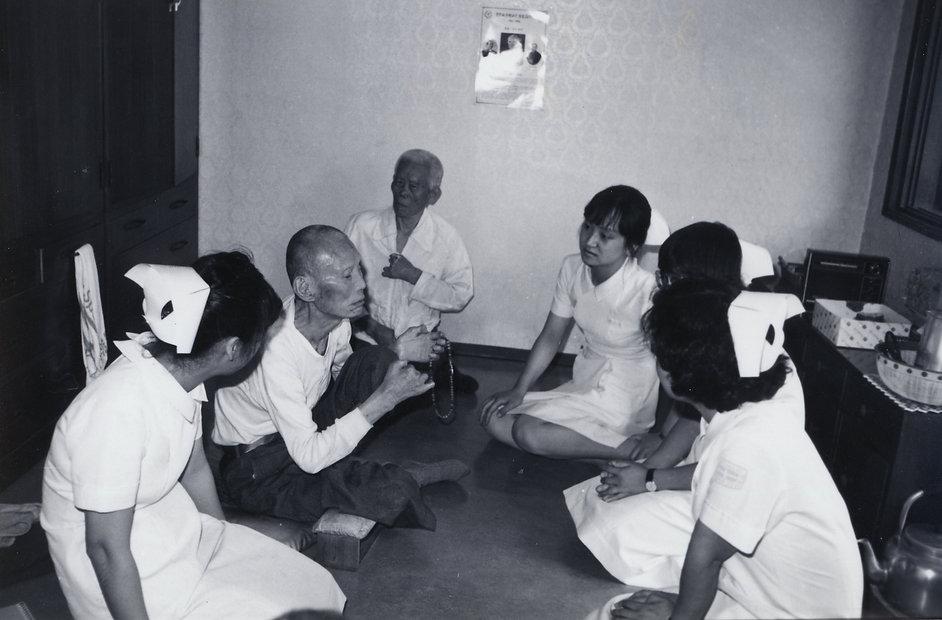 서울대 간호대학 학생들이 환자들과 만나 실습을 겸한 의료봉사를 하고 있다