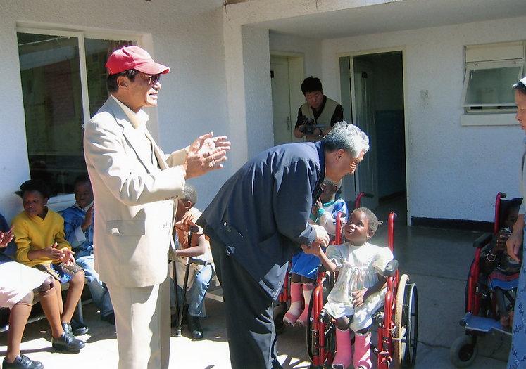 파트5 19페이지 5번 아프리카 잠비아 방문사진 교체 - 김화태 신부님