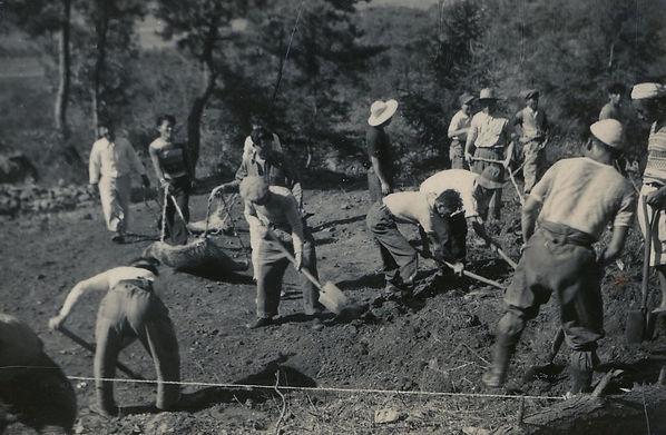 초창기 마을 환우들이 황무지를 개간하여 밭을 만들고 있다.jpg