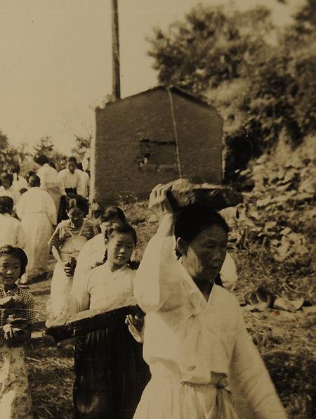 마을가족들이 모두 나서 돌을 운반하는 작업을 하고 있는 모습.JPG