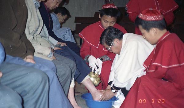 부활성야 세족례 이경재신부님.jpg