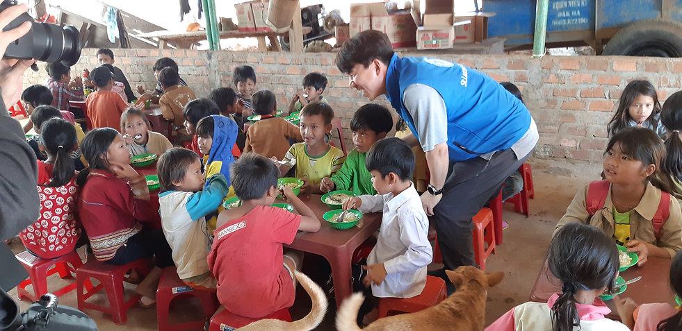 베트남 꼰뚬교구 한센인마을 현지실사 - 한센인 마을 아이들의 식사시간 (
