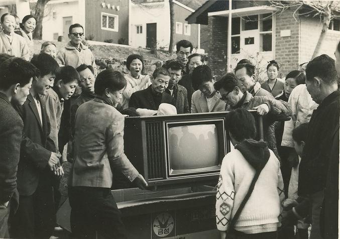 첫 TV를 기증받은 마을가족들 모습.jpg
