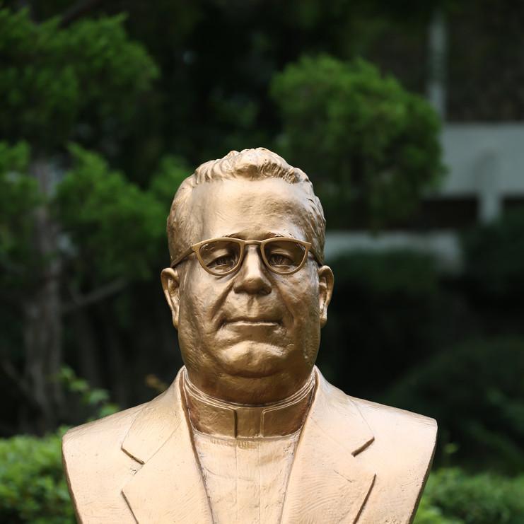 조지 캐롤 몬시뇰 흉상