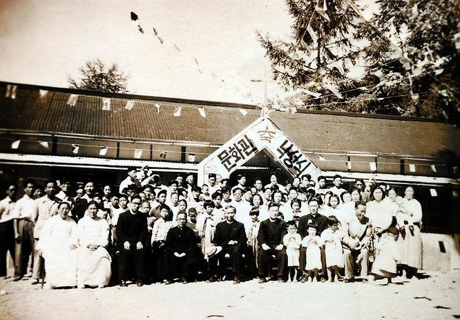 1953년 하한주 신분미 재임시에 환우들이 외부 목수들과 함께 직접 건축