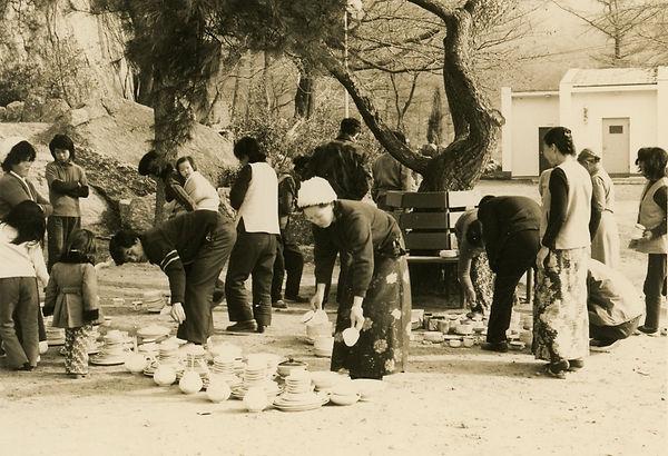 후원 받은 식기를 골라 가져가는 마을가족들.jpg