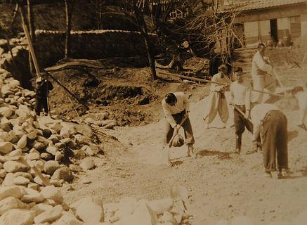 초창기 환우들이 마을의 길을 만들고 있는 모습.JPG