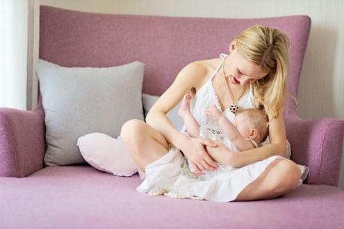 Kinder, Familien, zauberhafte  Neugeborenen Fotos. Bilder mit liebe und zartlichkeit gemacht. Liebevoll schwangerschaft  fotoshooting. Authentische Fotos im schönen Moment des Frauenlebens. Mutter und Tochter.