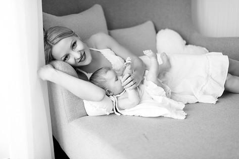 Kinder, Familien, zauberhafte  Neugeborenen Fotos. Bilder mit liebe und zartlichkeit gemacht. Liebevoll schwangerschaft  fotoshooting. Authentische Fotos im schönen Moment des Frauenlebens. Mutter und Tochter Bilder