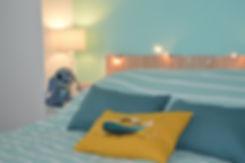 décoration chambre d'ado dans une maison à bordeaux avec coussin peint à la main par Marine-a.fr artiste peintre