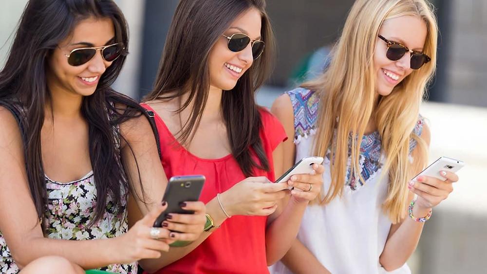 Девушки знакомятся с новыми приложениями