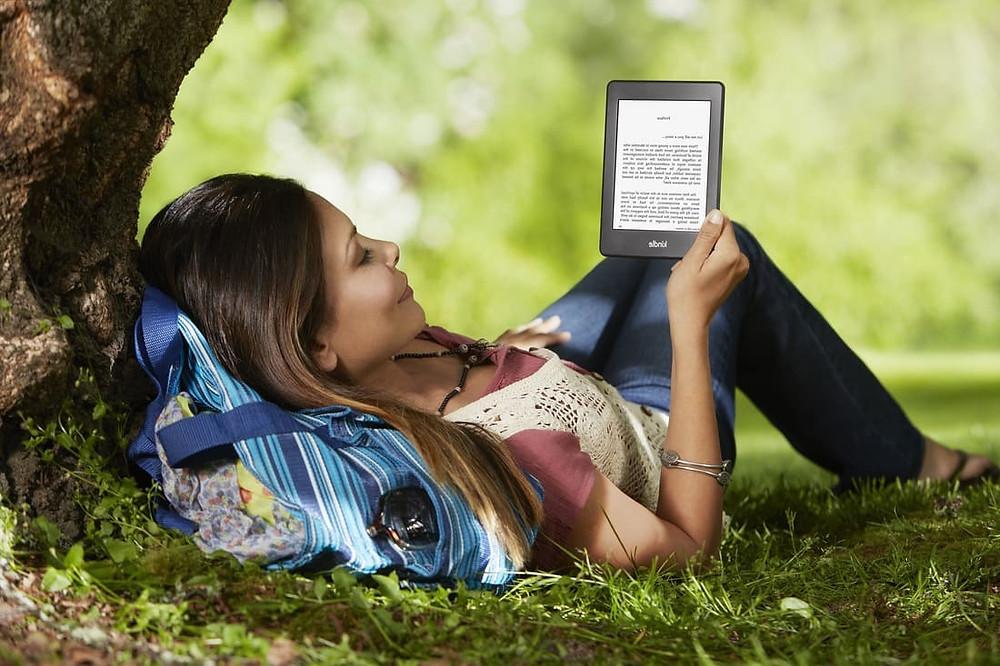 читает электронную книгу