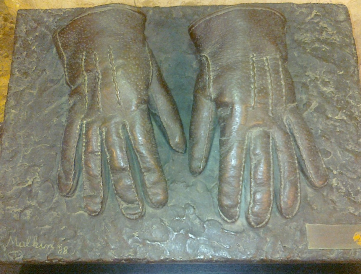 16 Bronze_gloves_Eichmann