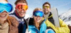 Les amis portant des skis sur le dessus