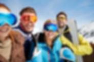 Freunde Ski am Berg oben tragen