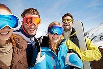 Znajomi przewożących narty na szczycie g