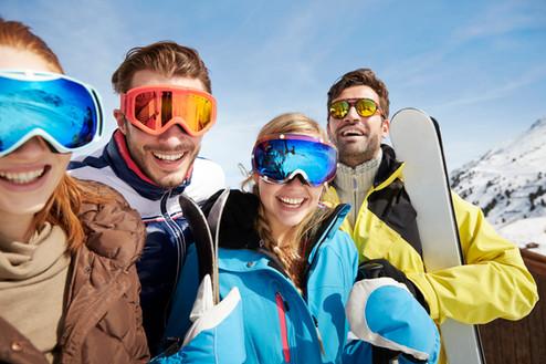 Vrienden uitvoeren ski's boven op de ber