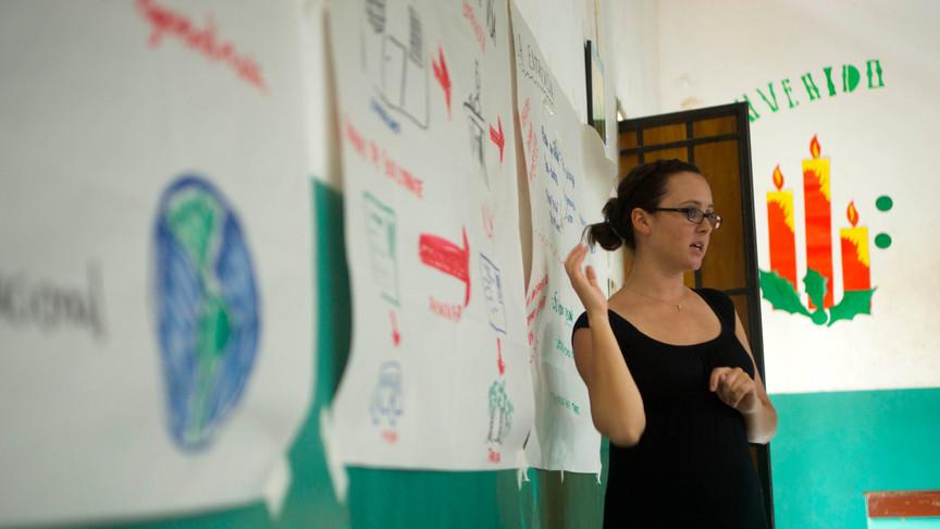 Rita explaining the asylum request proccess to refugees.