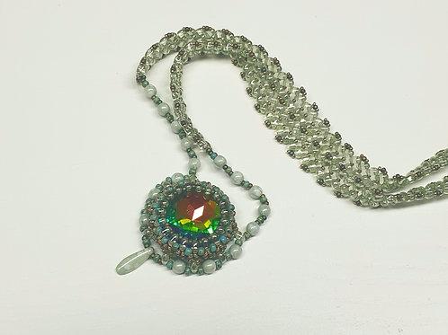 ערכה להכנת שרשרת בשילוב תליון קבושון בצבע ירוק בשילוב אבן צבעונית