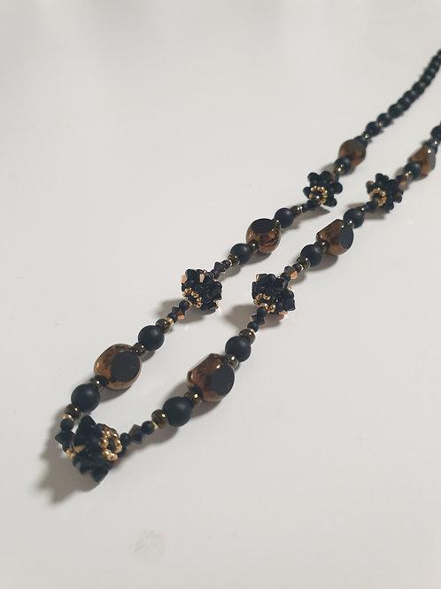 ערכה להכנת שרשרת פרחים בטכניקת חוט ומחט בגווני שחור ברונזה בשילוב חרוזי מיוקי
